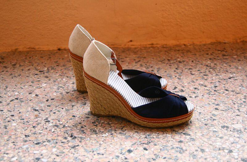 Chodzenie w butach na koturnie nie jest proste